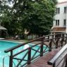 Pese a estar en el centro sus amplios jardines y su piscina son un remanso de paz