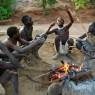 Jóvenes hazda comentando la cacería en su poblado del Lago Eyasi, Tanzania