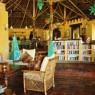 En el edificio principal del Kinasi Lodge encontramos el restaurante, el bar principal, la tienda, el salón y una pequeña bibliioteca