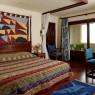 Habitación con cama de matrimonio y terraza del piso superior del bungalow