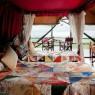 Las habitaciones del Kirawira son amplias y cómodas, aunque sus colchas resulten demasiado llamativas