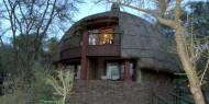 Las construcciones del Serengeti Serena Safari Lodge imitan los rondavels, construcciones típicas africanas