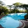 El área de la piscina tiene abundante sombra y buenas vistas a la sabana en el Serena Lodge