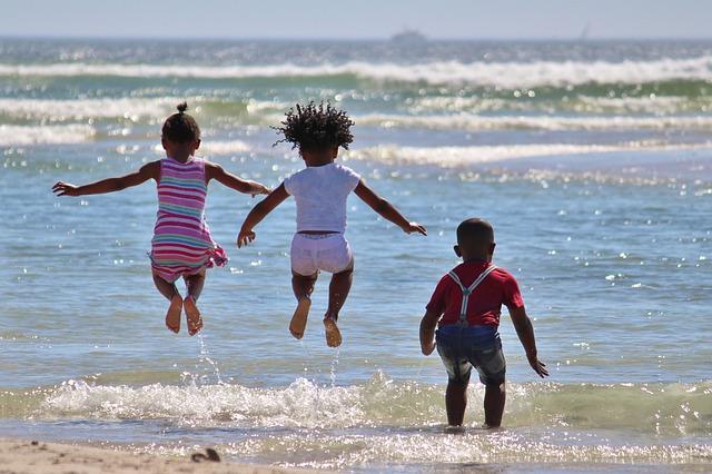 niños playa africa