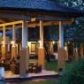 Jardines Hotel Amaya Lake nos llevan a un ambiente romántico en una zona de mucha historia