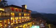 Vista nocturna Amaya Hills de piscina y habitaciones. El respiro perfecto para el fitness o la relajación, la piscina es sorprendentemente situado en el punto de encuentro de las tres alas del complejo y ofrece unas vistas apasionantes de paisajes tropicales.